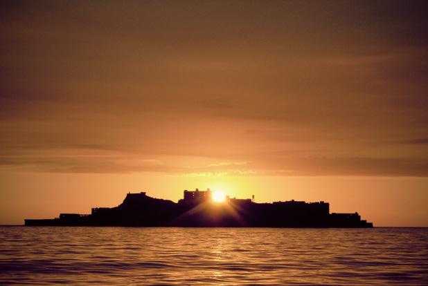 軍艦島に沈むロマンチックな夕日が見れるかも…♪軍艦島周遊クルージングツアー